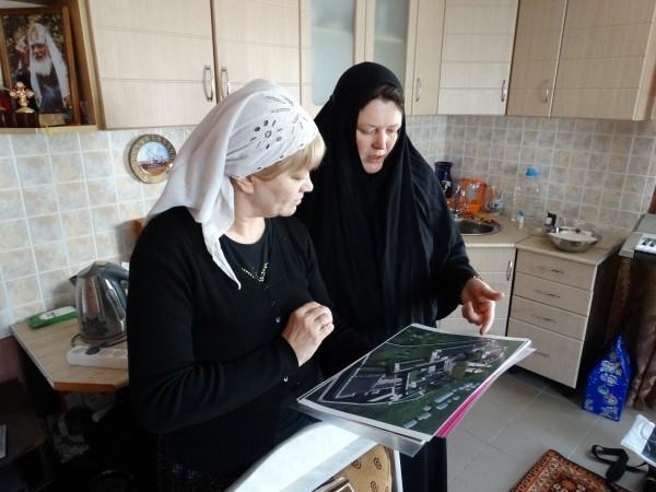 С монахиней Серафимой у архитектурного плана будущего монастыря