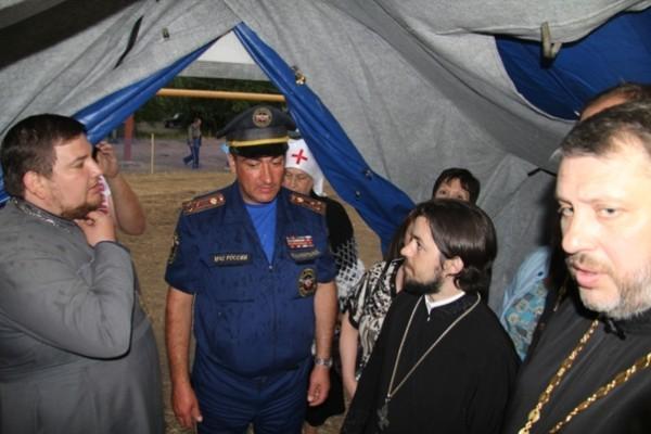 В походной часовне на территории палаточного лагеря возле города Донецка полковник МЧС Виктор Панченков (в центре) рассказывает представителям Церкви о ситуации в лагере