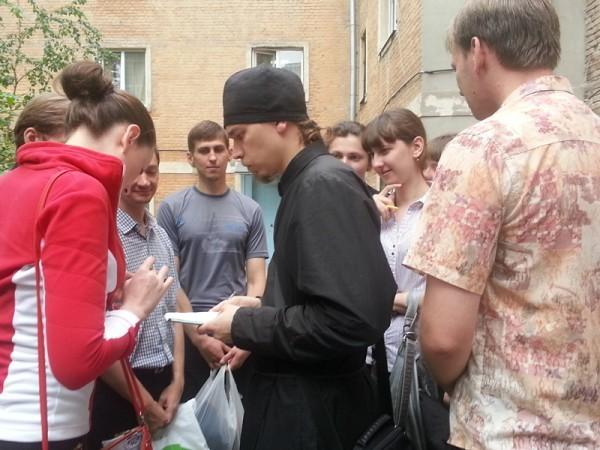 Учащиеся Донской духовной семинарии помогают встречать беженцев из Украины