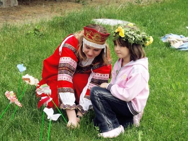 В Троицу москвичей научат плести венки из цветов