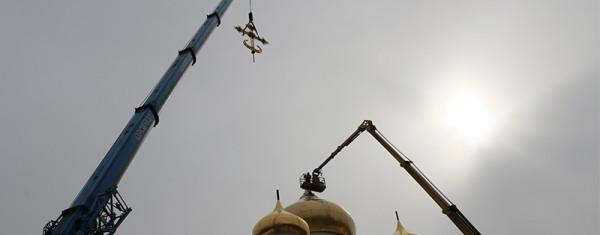 На купол московского храма установили уникальный крест с подсветкой