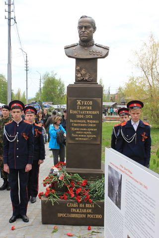 на открытии памятника Жукову