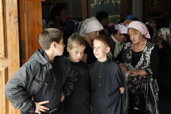 10. У входа в храм.