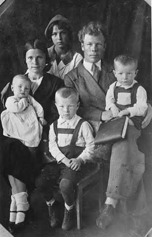 Иван Семенович и Ольга Тимофеевна Илькаевы  с детьми. Сын Радий на коленях у отца