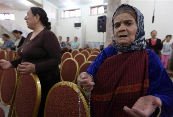 Иракские христиане, бежавшие из северного города Мосул, спасаясь от насилия, собрались помолиться в церкви в деревне Каракош 19 июля. Фотография: NBC News
