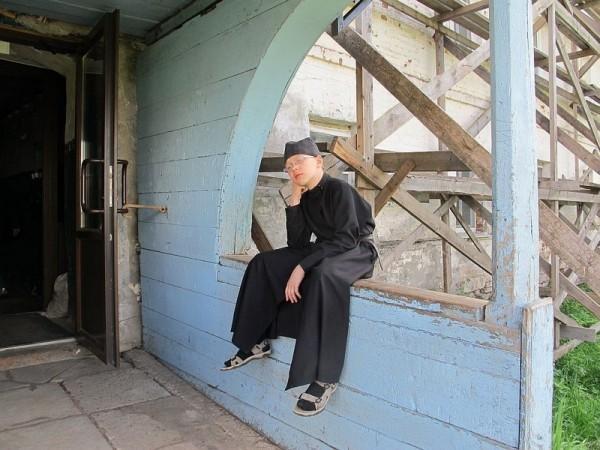 Алексей - сын священника из Архангельска - летом приезжает помогать в монастыре