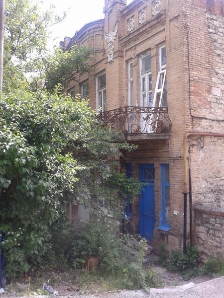 Наверно, подобная двухэтажна усадьба с ампирной лепниной когда-то считалась роскошной