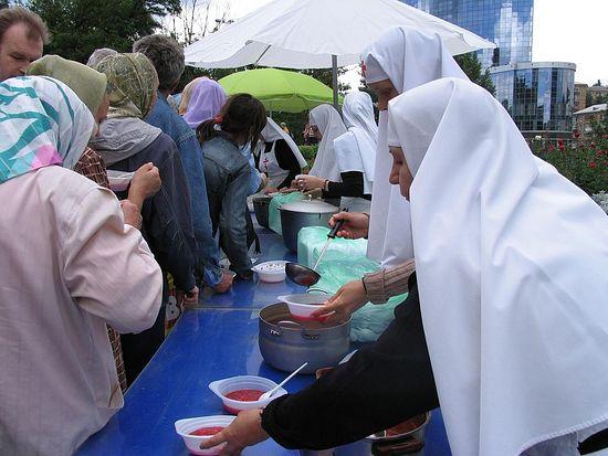 До 500 беженцев ежедневно бесплатно кормят при Афонском подворье в Киеве