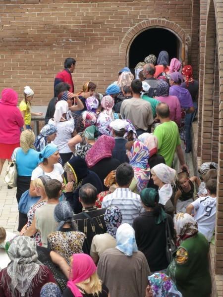 2. Ежедневная выдача продуктов беженцам возле склада келарни.