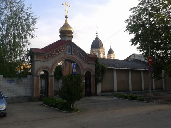 С улицы фасад Михайловского собора закрыт зданием комбината, поэтому проход к нему очень хитрый сбоку. Но даже на этом кадре видно, как потемнел белый камень