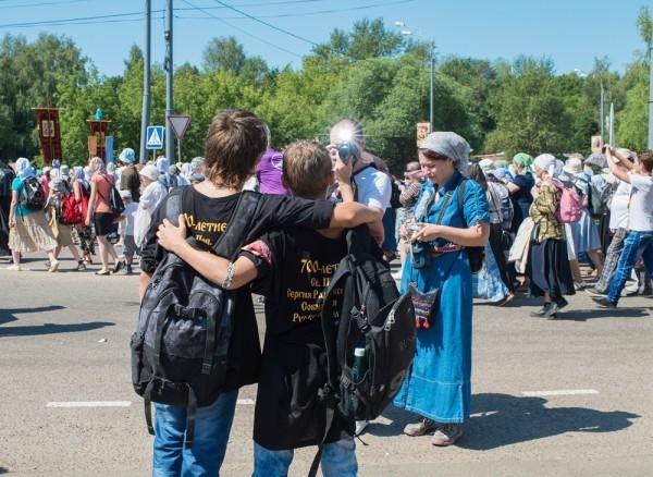 Отец фотографирует сыновей, на футболках у мальчиков написало: «700 лет прп. Сергию Радонежскому, собирателю земли Русской»