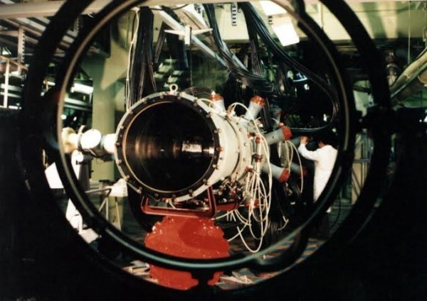 После встречи Юлия Борисовича Харитона с Брежневым во ВНИИЭФ было развернуто строительство крупных физических экспериментальных установок.  Это один из усилительных каналов установки лазерного термоядерного синтеза «Искра-5», строительство которой было завершено в 1989 году.
