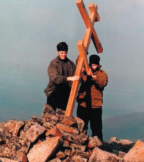 Иерей Михаил Павлов и иподиакон Дионисий Сеничев устанавливают крест на вершине Матери-горы в п.Багатай