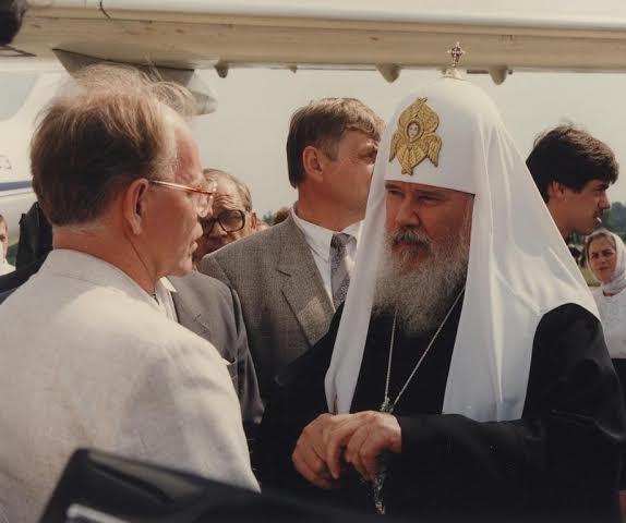 Первый приезд Патриарха Алексия II в закрытый город Арзамас-16  в 1991 году. Встреча в аэропорту.