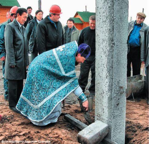 Закладку храма в п.Хандыга осуществляет иерей Алексий Зарубин