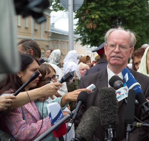 2003 год. Мощи преподобного Серафима только что ушли крестным ходом опять в Дивеево.  Интервью на площади перед колокольней Саровской пустыни.