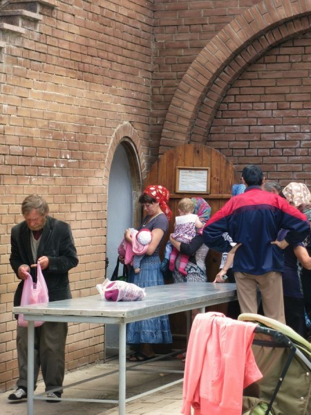 4. Ежедневная выдача продуктов беженцам возле склада келарни.