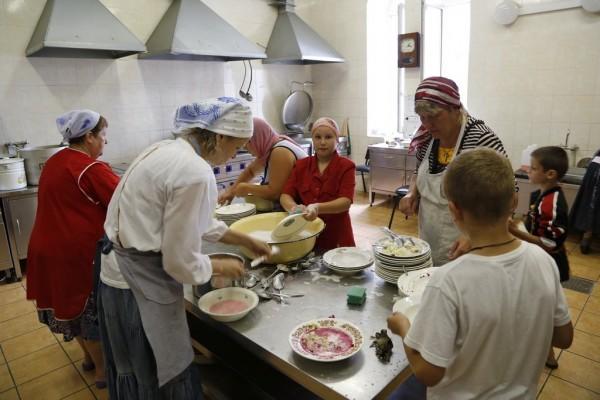 45. Помощники на кухне паломнической трапезной.