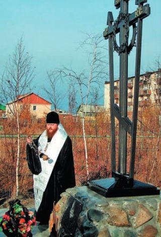 Епископ Зосима освящает поклонный крест в поселке Зырянка в память о репрессированных