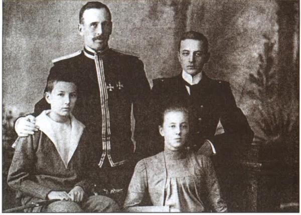 Граф Ф. А. Келлер с детьми: Павлом (1883—1980) — справа; Александром (1887—1944) и Елизаветой (1885—1965) — сидят