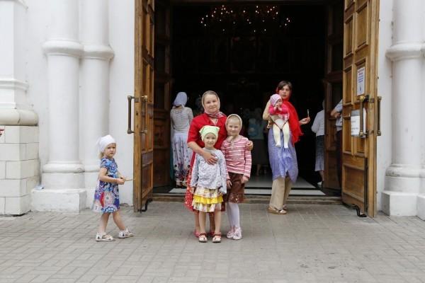 7. У входа в храм.