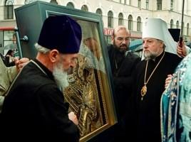Высокопреосвященнейший Александр встречает чудотворную Тихвинскую икону Пресвятой Богородицы у Христорождественского собора. Рига, 21 июня 2004 года