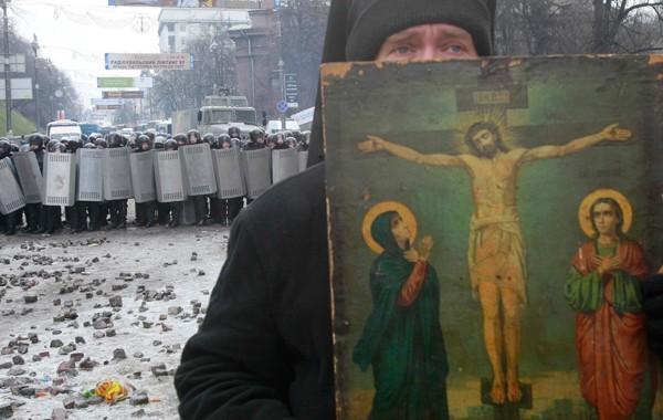 К батюшкам на Украине приходят люди, которые идут воевать друг с другом. И ждут благословения. И дверь закрывать нельзя. Фото: REUTERS.
