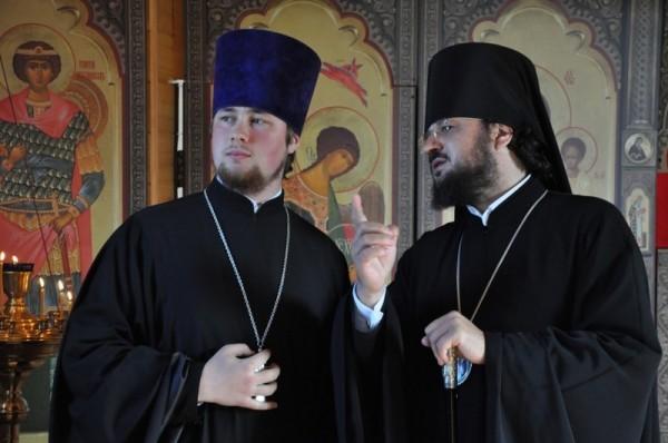 Настоятель храма иерей Александр Воронов и епископ Якутский и Ленский Роман