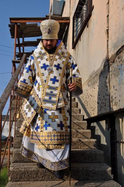 Епископ Роман выходит из временного храма в честь Иоанна Предтечи