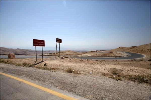 Дорога к Мёртвому морю спускается с близлежащих гор