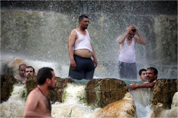 Маин. Тёплые водопады популярны не только у туристов