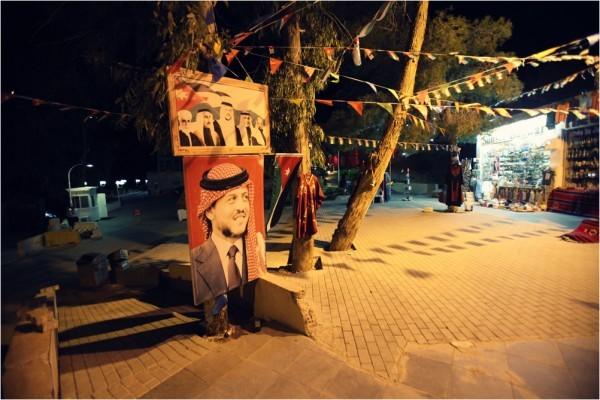 Король Абдалла со своего портрета одобрительно наблюдает за тем, как в его стране развивается туристический бизнес