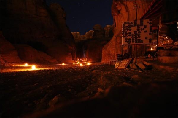 Ущелье Сик вечером освещают сотни бумажных фонарей