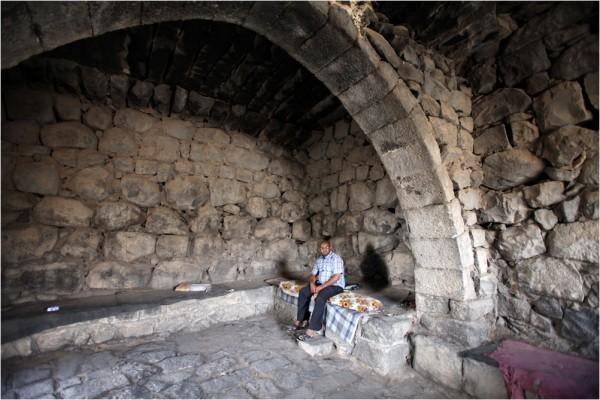 Смотритель замка в отсутствие туристов отдыхает на каменном ложе
