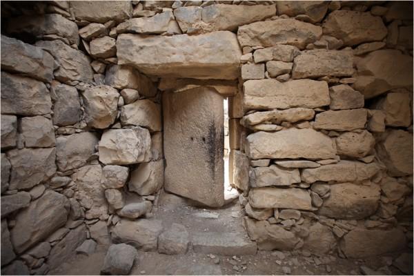 Азрак. Монолитная каменная дверь сохранилась со времён римлян.
