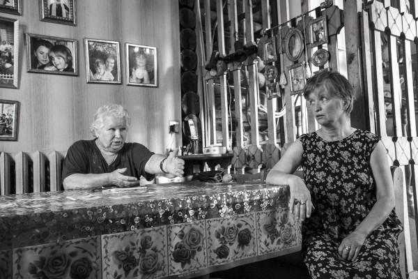 Вера Михайловна с дочерью Машей за столом на кухне, где был убит отец Павел