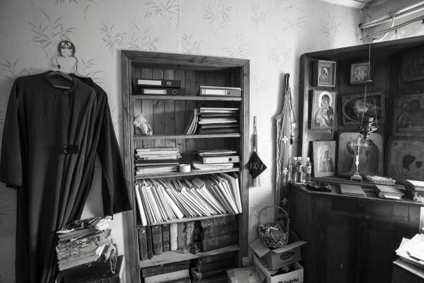 В комнате отца Павла