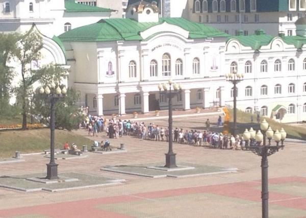 В Хабаровске образовалась очередь к замироточившей иконе Иннокентия Московского