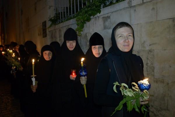 В Иерусалиме состоялся традиционный ночной крестный ход с плащаницей Божией Матери
