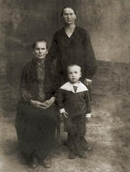 Нина Вечтомова (Орлова) с матерью Ларисой Титовной, в девичестве Титовой, вдовой расстрелянного священника Николая Орлова, и сыном Владимиром