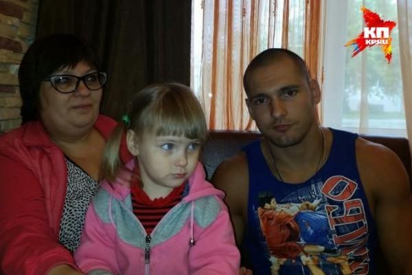 Девочка вместе со всей семьей лично поблагодарили своего спасителя Фото: Личный архив Владимира Старцева