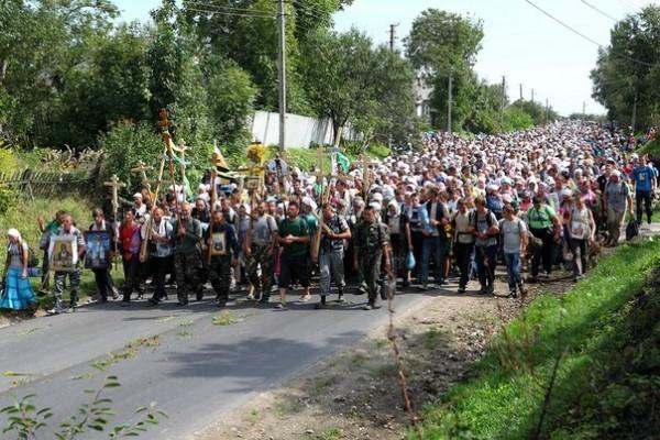 15 тысяч паломников идут крестным ходом к Почаеву