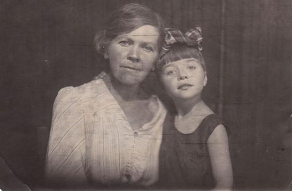 Babushka-CHipizhenko-Bot-Olga-Nikolaevna-i-Irinyi-CHipizhenko-v-detstve-5-let