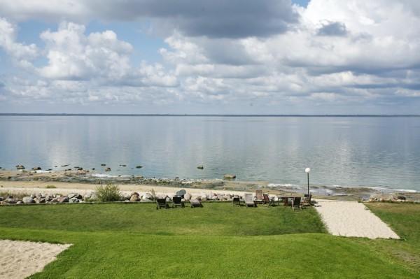 Сегодня берег «Рыбинского моря» в некоторых местах действительно похож на курорт.