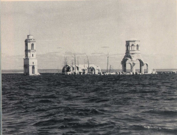 Леушинский монастырь не был взорван и после затопления его стены еще несколько лет возвышались над водой, пока не обрушились от волн и ледоходов. Фото 50-х годов.