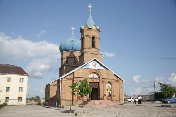 В Алчевске от обстрела пострадала церковь и убита женщина (+Видео)