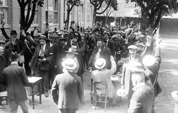Толпа на Дворцовой площади в ожидании официального заявления Николая II о вступлении России в войну, Санкт-Петербург, 2 августа 1914 года