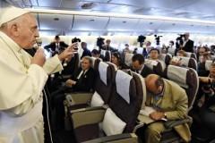 Остановить агрессора, но не подвергать бомбардировке. Пресс-конференция Папы Франциска на борту самолёта