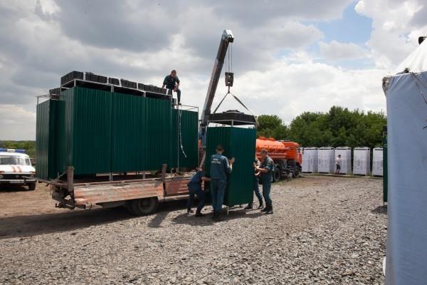 В палаточный лагерь МЧС около города Новошахтинск были доставлены 10 мобильных душевых кабин/ Фото: diaconia.ru