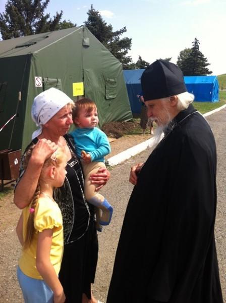 Епископ Орехово-Зуевский Пантелеимон беседует с семьей из Украины в палаточном лагере МЧС Матвеев Курган. Фото: diaconia.ru